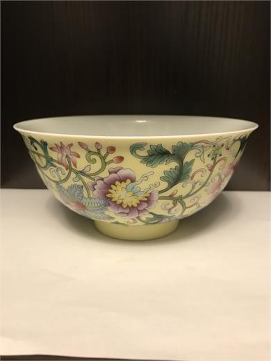 清晚期黄地粉彩轧道缠枝花卉纹碗