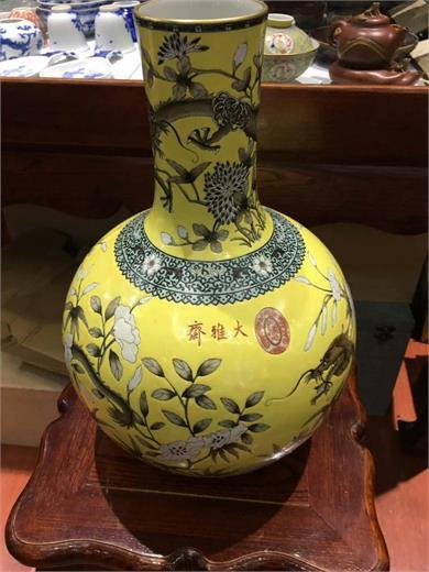 大雅斋黄地墨彩龙纹天球瓶