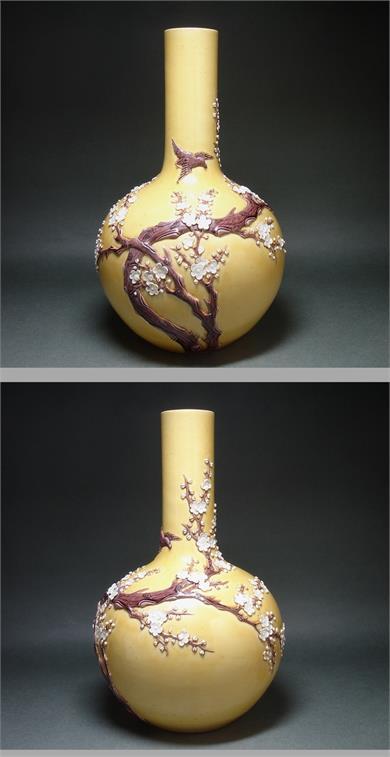 雕瓷梅花纹天球瓶