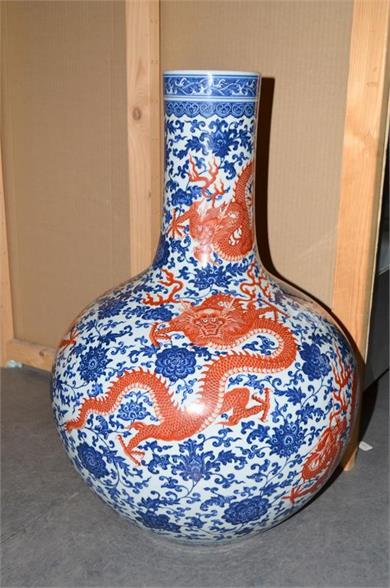 青花矾红彩龙纹天球瓶