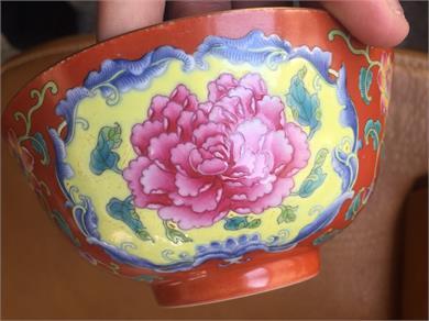珊瑚红地瓷碗