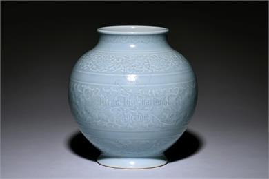 乾隆款天蓝釉缠枝莲堆划花纹罐