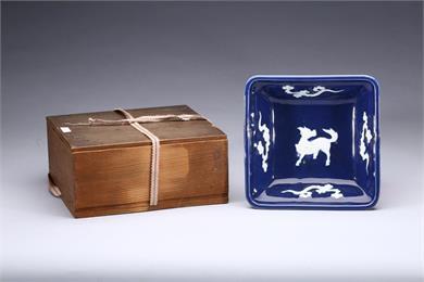 清中期霁蓝加白瑞兽方盘