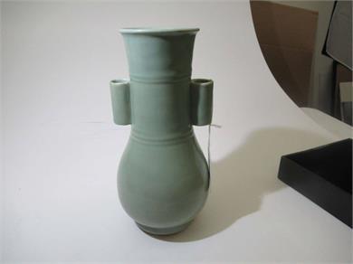 龙泉青釉贯耳瓶